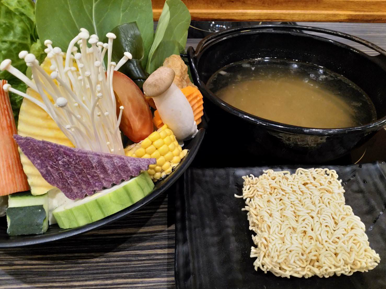 蔬菜盤與石頭湯底