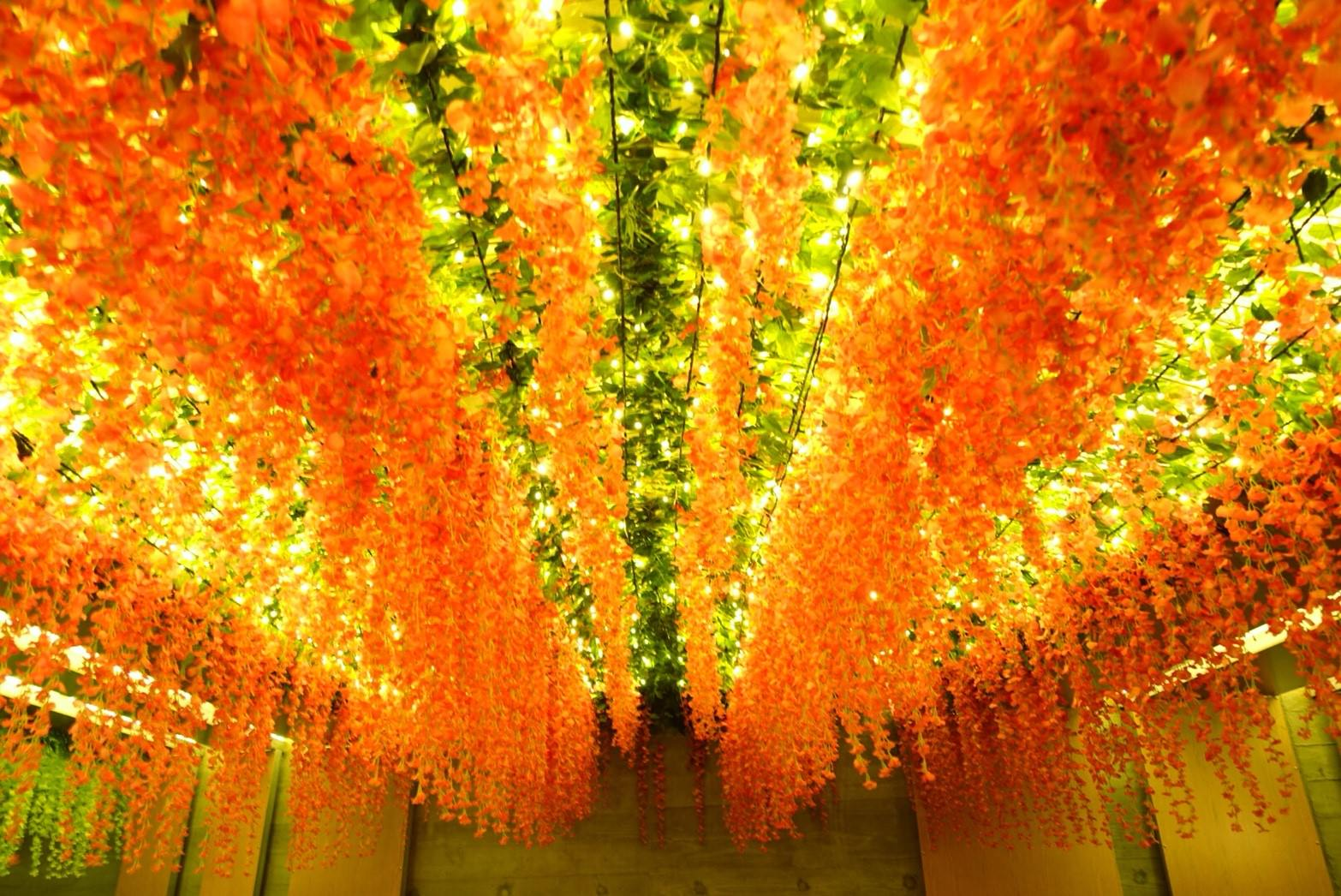 河廊垂吊著各色的花飾與燈飾